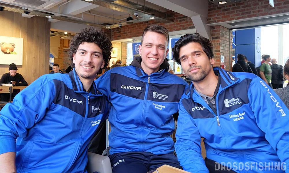 Α-Δ: Γιάννης Χαλκιαδάκης, Δημήτρης Πανταζής, Ιάκωβος Χασάπης καθ΄ οδόν προς το Swansea. Τα χαμόγελα της προσμονής αντικαταστάθηκαν από χαμόγελα χαράς από τη συμμετοχή στους αγώνες.