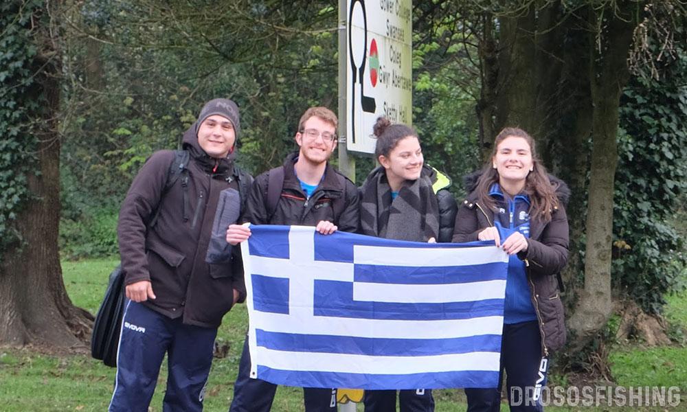 Καθ' οδόν προς το φανταστικό κολυμβητήριο που θα φιλοξενήσει την Βρετανική Πανεπιστημιάδα Αθλητικής Ναυαγοσωστικής 2019. Η Ελληνική σημαία κυμάτιζε ακόμα και στα φανάρια και στους δρόμους. Οι αθλοσώστες-φοιτητές ήταν περήφανοι που την εκπροσωπούσαν. Α-Δ: Μιχαήλ Σουσούνης, Εφραίμ Χαλκιάς, Διονυσία Κάρδαρη, Εμμανουέλα Κάρδαρη.