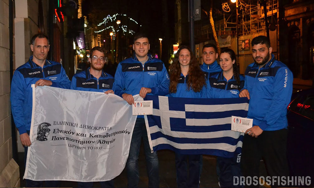 Η μισή αποστολή κρατάει με υπερηφάνεια την σημαία του Πανεπιστημίου Αθηνών και την Ελληνική. Α-Δ: Στάθης Αβραμίδης, Εφραίμ Χαλκιάς, Γιώργος Γάγκος (3η θέση), Ελευθερία Κασαγιάννη, Μιχαήλ Σουσούνης, Καλυψώ Οικονομίδου, Φλουρής Χατζηγεωργίου (3η θέση).
