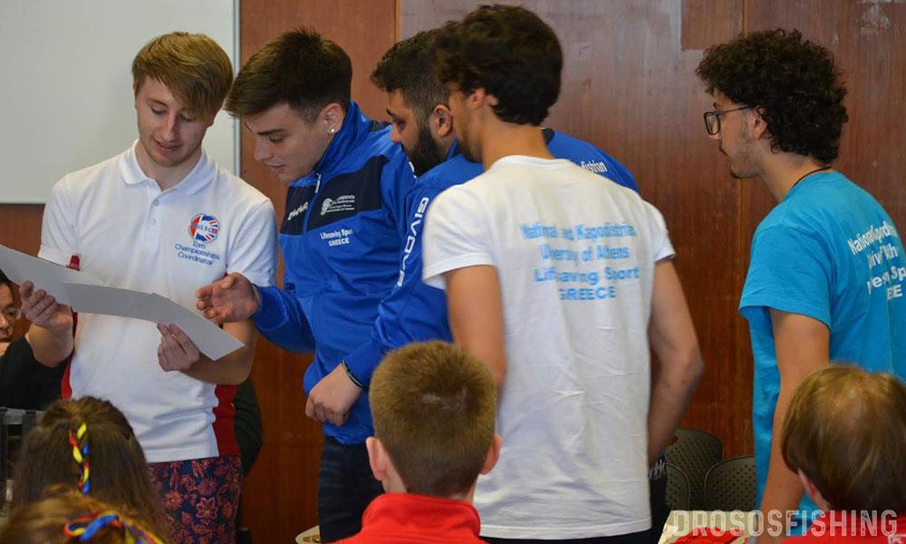 Δυο λόγια την ώρα της απονομής με τον Αντιπρόεδρο της διοργάνωσης Tom Sharp. Η γλυκιά στιγμή για όλη την Ελλάδα (και την Κύπρο) έχει φτάσει. Τέσσερα νέα παιδιά τιμούν με την παρουσία τους όσους τους εμπιστεύτηκαν.